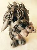 Gulliga Clay Dog med nallen arkivbilder