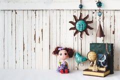 Gulliga dockor med tappningobjekt utformar träbakgrund med snuten arkivfoton