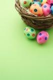 Gulliga easter ägg med grön bakgrund och kopierar utrymme Fotografering för Bildbyråer