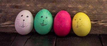 Gulliga easter ägg på träplankor lyckliga easter Royaltyfri Fotografi