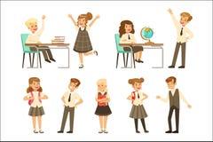 Gulliga elever i den gråa skolalikformign som har gyckel på skolauppsättningen, tillbaka till skolan, färgrik vektor för utbildni vektor illustrationer