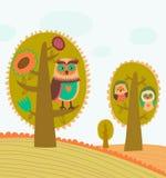 Gulliga färgrika trees med owls Arkivfoto