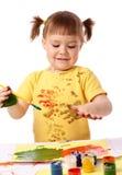 gulliga fingrar för barn henne målarfärg fotografering för bildbyråer