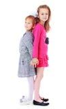Gulliga flickor är stående tillbaka att dra tillbaka Royaltyfri Bild