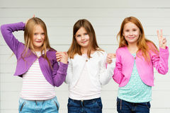 gulliga flickor little stående Arkivfoto