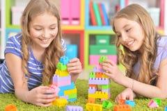 Gulliga flickor som tillsammans spelar Arkivbilder