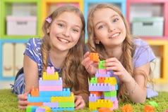 Gulliga flickor som tillsammans spelar Arkivfoto
