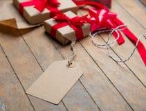 Gulliga gåvor, etikett och saker för inpackning på den underbara wooden Fotografering för Bildbyråer