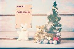 Gulliga garneringar för nallebjörnar och julmed brunt papper för Royaltyfria Foton