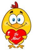 Gulliga gula Chick Cartoon Character Holding en hjärta royaltyfri illustrationer