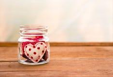Gulliga handgjorda förälskelsehjärtor för röd signal för valentin dag Arkivfoton