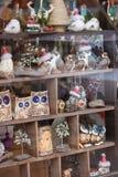 Gulliga handgjorda souvenir och garneringar shoppar in fönstret arkivbild