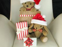 Gulliga keliga leksakdjur i jultomtenhattar med gåvapackar Arkivfoton