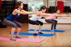 Gulliga kvinnor som gör något, squats Royaltyfri Bild