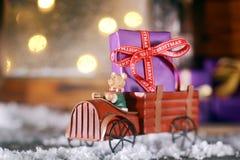 Gulliga lantliga trä leker med en julgåva Arkivbilder
