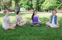 Gulliga latinamerikanska kvinnor som öva kobran, poserar under deras yoga Arkivfoton