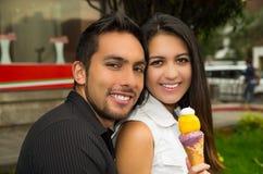 Gulliga latinamerikanska par som omfamnar, medan dela is Arkivfoto