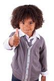 gulliga lilla görande tum för afrikansk pojke upp Arkivfoton
