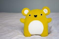 Gulliga lilla gula Teddy Bear Royaltyfri Fotografi