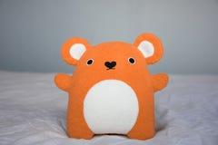 Gulliga lilla orange Teddy Bear Royaltyfri Foto