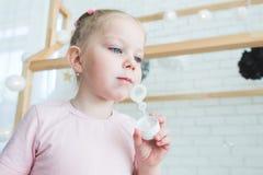 Gulliga liten flickalekar med såpbubblor arkivbilder