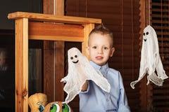 Gulliga Little Boy som har gyckel i allhelgonaaftongarneringar Arkivfoto