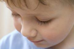Gulliga Little Boy som ner ser Arkivfoto
