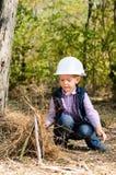 Gulliga Little Boy som spelar med pinnar på träna Arkivbild