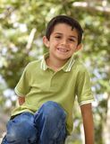 Gulliga Little Boy utanför i ett träd Arkivbild