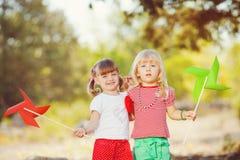Gulliga lyckliga barn som spelar i den sparade våren Arkivbild