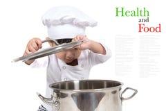Gulliga lyckliga små behandla som ett barn matlagning royaltyfri fotografi