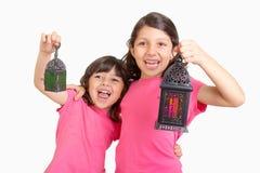 2 gulliga lyckliga unga flickor som firar Ramadan med deras lyktor Arkivbilder