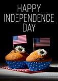 Gulliga muffin med amerikanska flaggan, lycklig självständighetsdagenbakgrund Arkivfoton