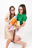 Gulliga nerdy flickor knuffar till in i de Arkivbild