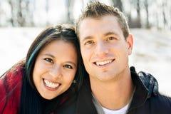 Gulliga olika par i snowen Arkivfoto