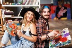 Gulliga par av konstnärer med Art Stuff royaltyfri bild