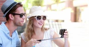 Gulliga par genom att använda en selfiepinne lager videofilmer