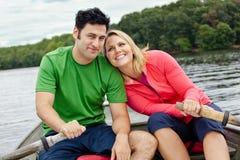 Gulliga par i en roddbåt Fotografering för Bildbyråer