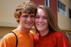 Gulliga par i ett tropiskt läge royaltyfria bilder