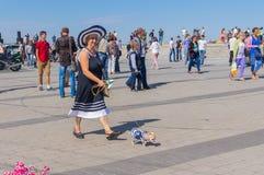 Gulliga par - kvinna med hennes lilla hund på den Dnepr flodinvallningen Royaltyfria Foton