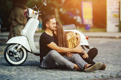 Gulliga par med deras sparkcykel i staden Royaltyfria Foton