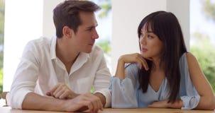 Gulliga par på ett datum arkivfilmer