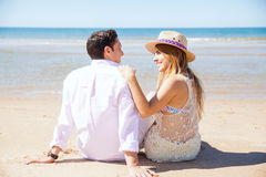 Gulliga par på ett datum på stranden royaltyfri bild
