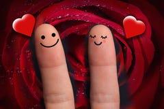 Gulliga par som är förälskade med smiley, röd hjärta, att krama och stort rött Fotografering för Bildbyråer
