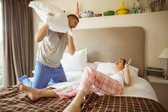 Gulliga par som har en kuddekamp Arkivfoton