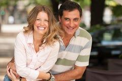 Gulliga par som har gyckel Arkivfoton