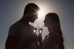 Gulliga par som rostar med champagne Arkivfoton