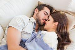 Gulliga par som ta sig en tupplur på soffan Arkivfoton
