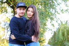 Gulliga par som talar och kramar sig och att posera på kameran och royaltyfria bilder