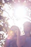 Gulliga par som tar bilder med den retro kameran Royaltyfri Fotografi